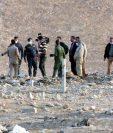 Forenses iraquíes inspeccionan una zona en la que fue descubierta una fosa común de víctimas del Estado Islámico en Hamam al-Alil town, al sur de Mosul, Irak. (Foto Prensa Libre: EFE).