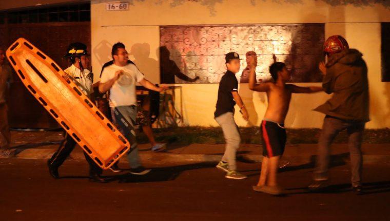 Momento en que un menor agrede a un monitor del anexo del Hogar Seguro. (Foto Prensa Libre: Antonio Jiménez)
