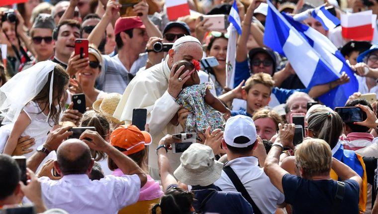 El papa Francisco saluda a varios fieles que se dieron cita a la Audiencia General. (Foto Prensa Libre: AFP)