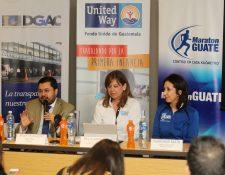 Organizadores brindan detalles de la carrera en la pista del aeropuerto La Aurora. (Foto Prensa Libre: Eduardo González)