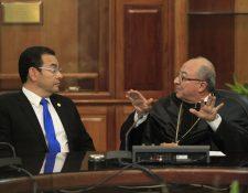 El presidente Jimmy Morales conversa con el Presidente de la CSJ, Nery Medina, después del acto de juramentación.(Foto Prensa Libre:Carlos Ovalle)