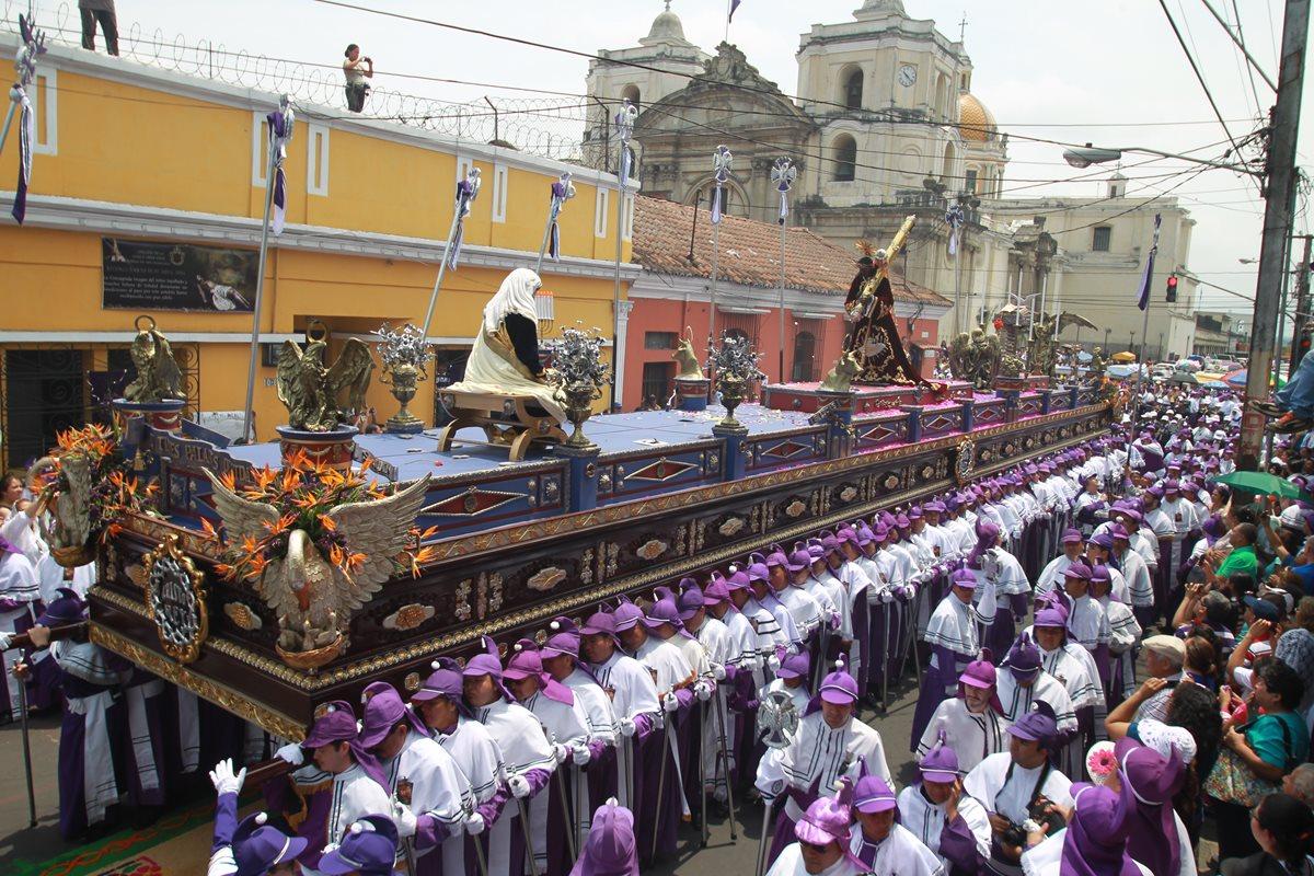 En Guatemala se realiza la procesión de Cristo Rey con gran connotación eucarística ya que los cucuruchos visten el morado penitente y el blanco de la eucaristía. (Foto: Hemeroteca PL)