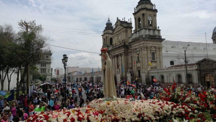 Procesión de Virgen de Fátima a su paso por la Catedral Metropolitana.(Foto Prensa Libre: Óscar Rivas)