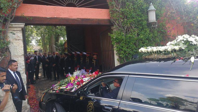 Carroza fúnebre de Álvaro Arzú Irigoyen ingresa a la finca en donde será sepultado en privado. Se ubica en la aldea San Pedro El Panorama, Sacatepéquez. (Foto Prensa Libre: Geovanni Contreras)