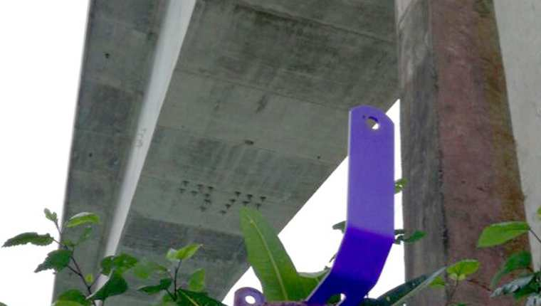 Tres lámparas led que iluminaban el puente Río Dulce, en Lívingston, Izabal, fueron robadas. (Foto Prensa Libre: Dony Stewart)