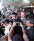 Manifestantes acorralaron al Ministro de Salud, Carlos Soto, en una zapatería ubicada en la 8a. avenida de la zona 1. (Foto Prensa Libre: Esbin García)