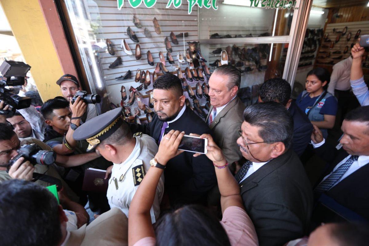 Manifestantes arrinconan al ministro de Salud en una zapatería