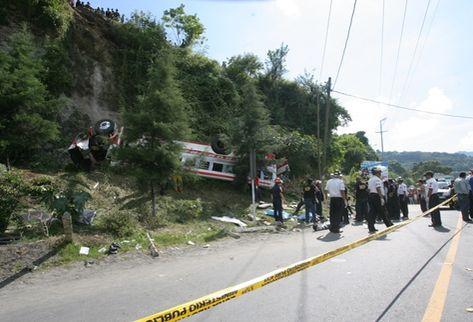 El autobús quedó a un costado de la carretera. (Foto Prensa Libre: Óscar Estrada)