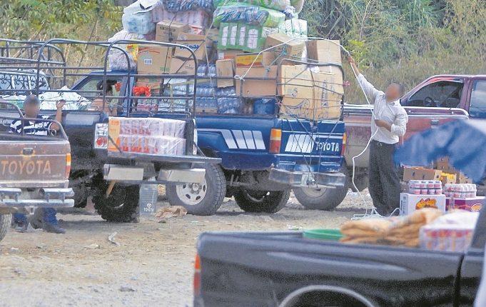 Paso fronterizo de ciudad Guatemala y ciudad Cuauhtemoc, México. Guatemaltecos pasan mercadería de contrabando. (Foto Prensa Libre: Esbin García).