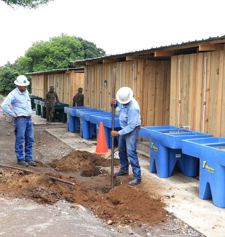 Los trabajos para la instalación del alumbrado público se demorará por una semana, si el clima lo permite. (Foto Prensa Libre: Enrique Paredes)