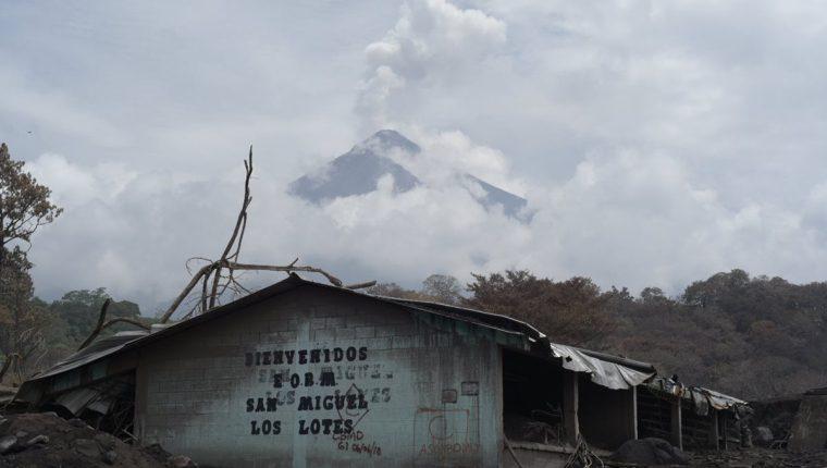 Congresistas urgieron a la Senabed y al MP a procurar propiedades para beneficiar a los afectados por el Volcán de Fuego. (Foto Prensa Libre: EFE)