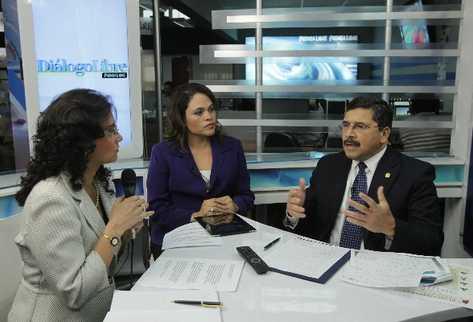 Édgar barquín     conversa  con las editoras Maricela Herrera   y Doménica Velásquez, en Diálogo Libre.