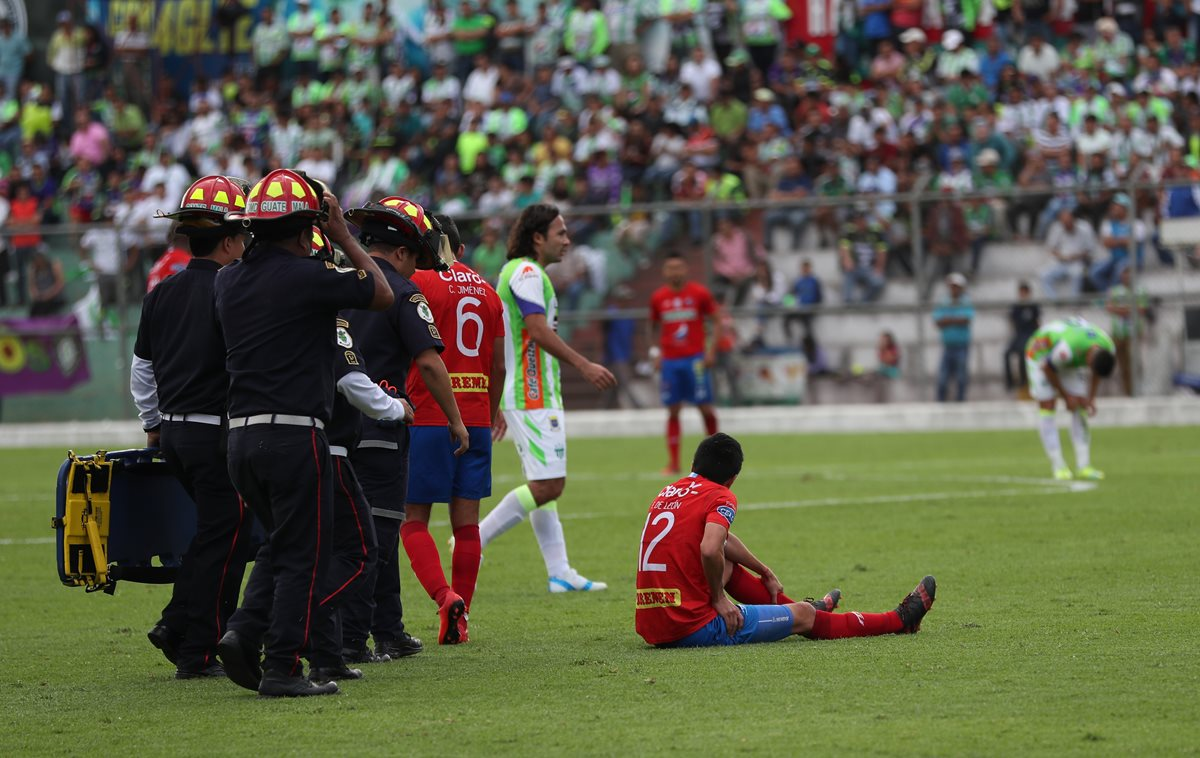 Frank de León salió lesionado en el partido que Municipal perdió 3-2 contra Antigua GFC. (Foto Prensa Libre: Jorge Ovalle)