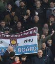 La afición del West Ham rechazó los incidentes racista y el club despidió a un integrante del cuerpo técnico. (Foto Prensa Libre: AFP)
