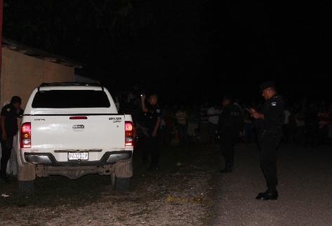 Agentes revisan el automotor en el que murió el alcalde de San Francisco, Petén, Guadalupe Salvador Castellanos Ochaeta.
