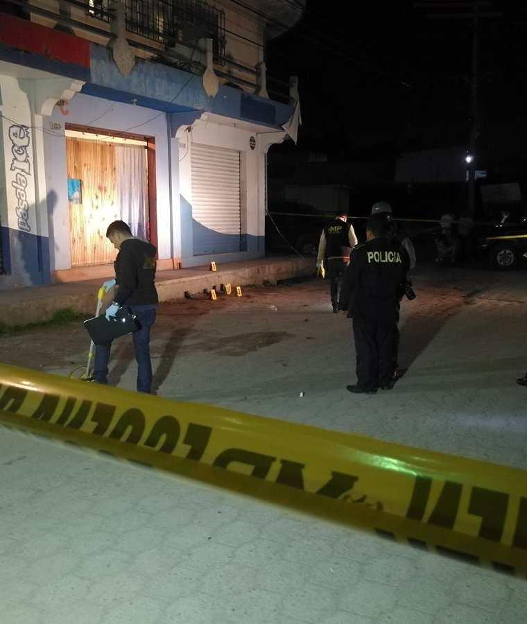 Autoridades recaban indicios en la 6a. avenida y 14 calle de la zona 2 de Xela, en donde la noche del jueves murió baleada una mujer y otra resultó herida. (Foto Prensa Libre: Fred Rivera)