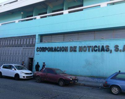 Personal del MP resguarda edificio de Corporación de Noticias S.A., el cual fue entregado a la Senabed este viernes. (Foto Prensa Libre: Esbin García)
