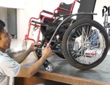 Juan Ajanel elabora silla de ruedas para los más necesitados. (Foto Prensa Libre: Gabriela López)