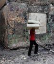 Pobladores rescatan algunos muebles de un local destruido tras protestas en Masaya, Nicaragua. (Prensa Libre: AFP)