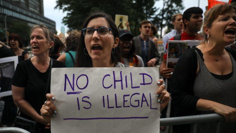 Protesta en Nueva York contra la política de separación de familias migrantes en las fronteras. (Foto Prensa Libre: AFP)