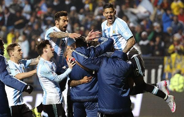 La euforia de los argentinos por eliminar a Colombia en los cuartos de final.