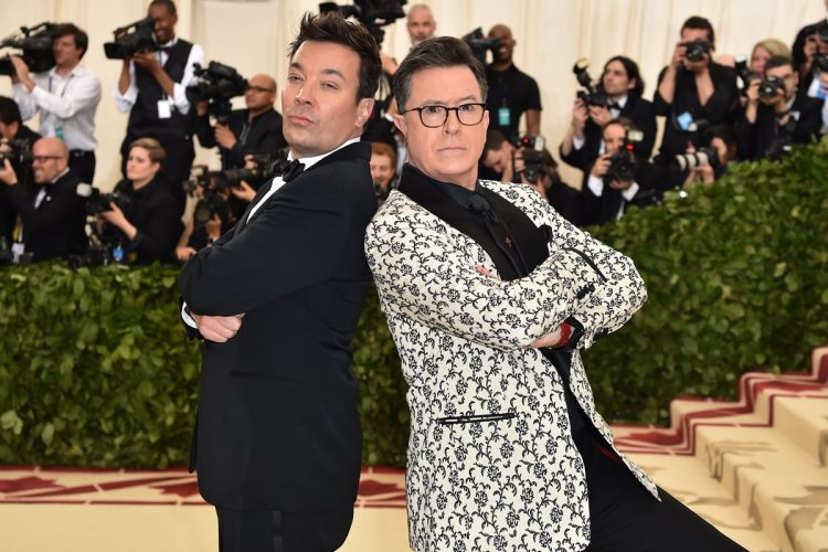 Los presentadores Jimmy Fallon y Stephen Colbert.