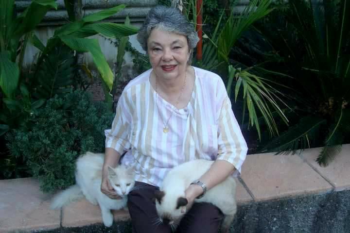 Carmen Martínez de Aldana durante varios años mostró su cariño por los gatos. (Foto Prensa Libre: Dony Stewart).