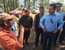Mandatario Jimmy Morales dialoga con vecino de Aguacatán. (Foto Prensa Libre: Cortesía).