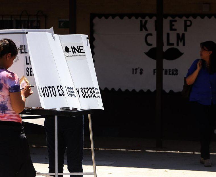 La jornada arrancó con la progresiva apertura de las mesas electorales, que suman 157 mil en todo el país, a las 8.00 hora local. (Foto Prensa Libre: EFE)