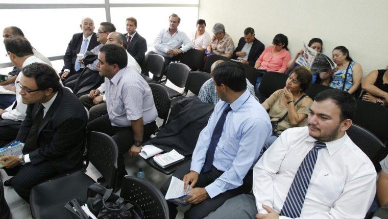 Los acusados escuchan la resolución del Tribunal Octavo de Sentencia. (Foto Prensa Libre: Paulo Raquec)