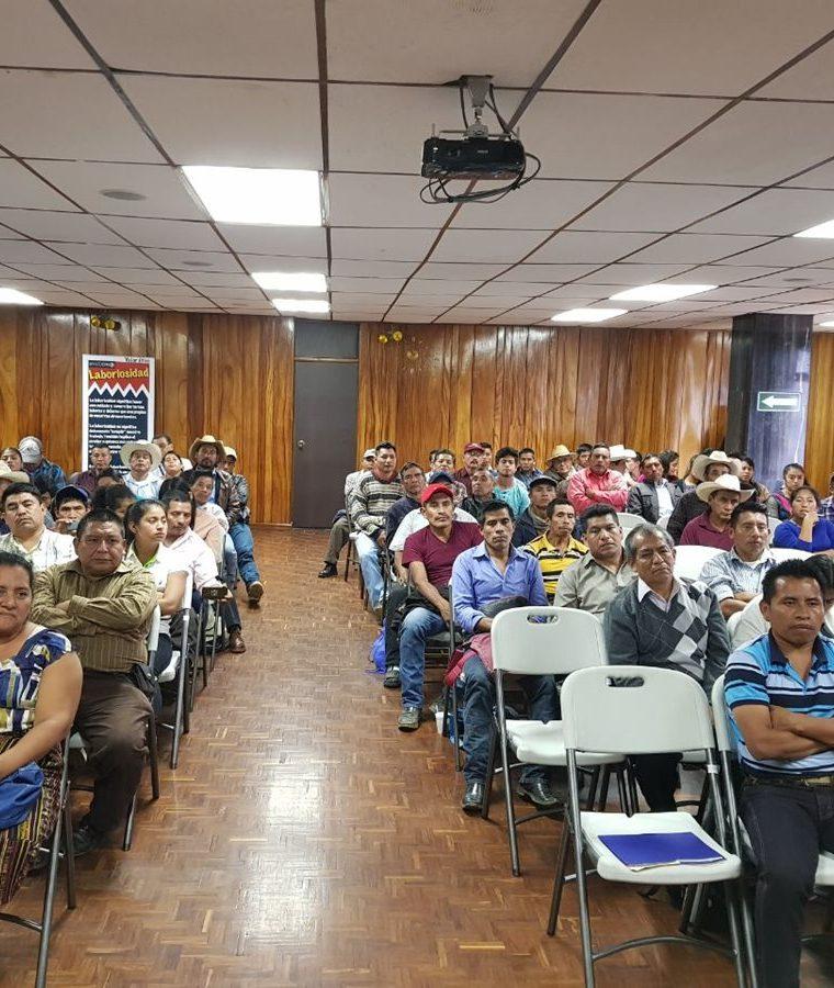 Empresarios del transporte urbano de Mixco escuchan con atención los requisitos para optar a un préstamo en el Crédito Hipotecario Nacional. (Foto Prensa Libre: Cortesía)