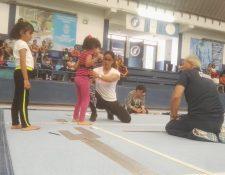 Sofía Gómez durante la fase de pruebas en la Federación de Gimnasia junto a Adrián Boboc. (Foto Prensa Libre: Jorge Ovalle)