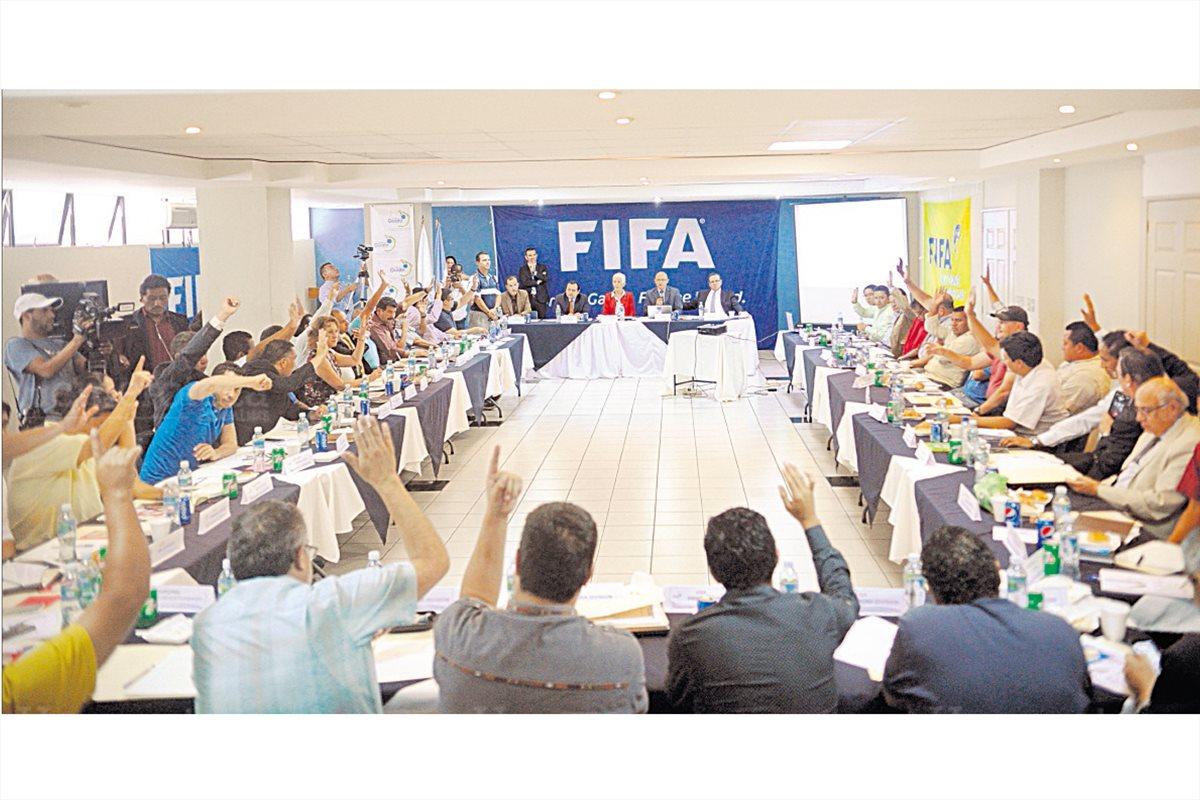 Adela Camacho de Torrebiarte, del Comité de Regularización  nombrado por la Federación Internacional de Futbol Asociación (Fifa) dirige la Asamblea Ordinaria en el Proyecto Goal, el  29/6/2016. (Foto: Hemeroteca PL)