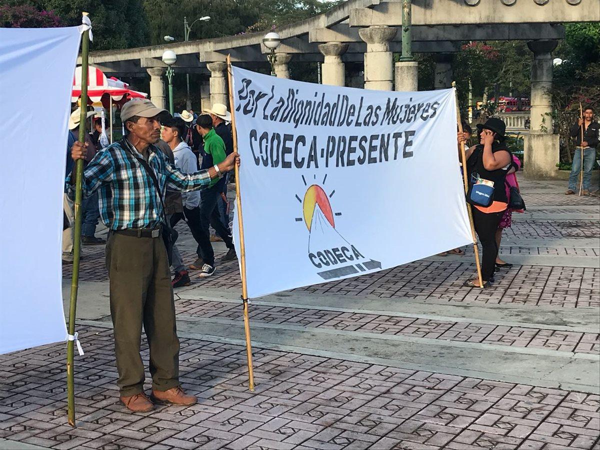 Manifestantes se dirigen hacia el Centro Histórico desde el Obelisco.