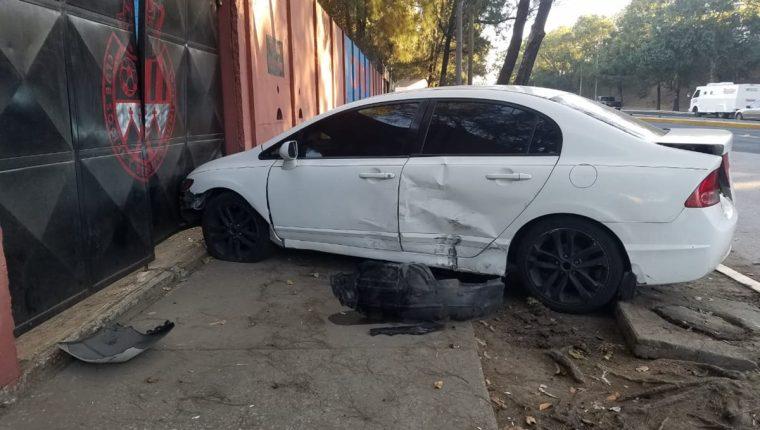El automóvil de Othoniel Arce chocó contra uno de los portones de la preferencia del estadio El Trébol. (Foto Prensa Libre: Cortesía Jonathan Tamayac/Guatefutbol)