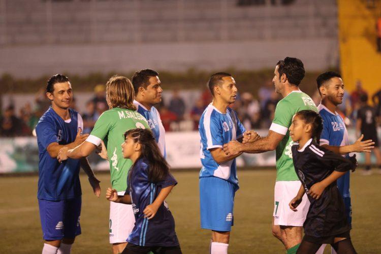 Los jugadores se saludan antes del inicio.