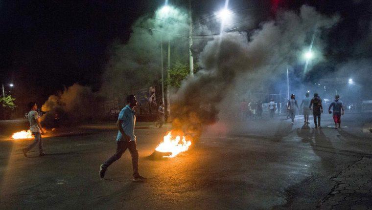 Un grupo de personas quema llantas durante una protesta el jueves último en Managua, Nicaragua.(Foto Prensa Libre: EFE)