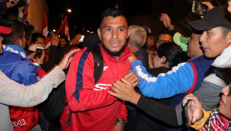 Los jugadores recibieron abrazos y felicitaciones de parte de la afición quetzalteca que sueña con el campeonato. (Foto Prensa Libre: Raúl Juárez)
