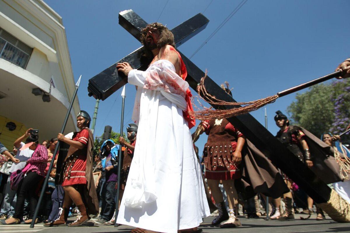 La representación en vivo del viacrucis se realizó en el Paseo La Sexta, en la zona 1. (Foto Prensa Libre: Erick Ávila)