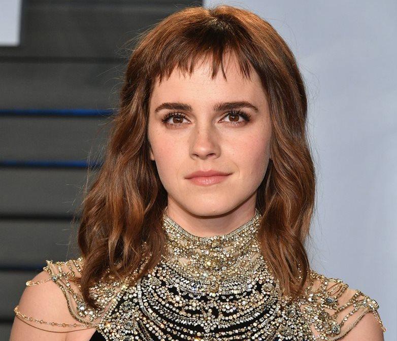 La actriz británica Emma Watson posa a su llegada a la fiesta que de la revista Vanity Fair. (Foto Prensa Libre: EFE).