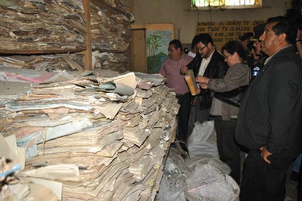 El Ministro de Gobernación, Carlos Menocal, y la fiscal general, Claudia Paz y Paz, revisan  documentos.