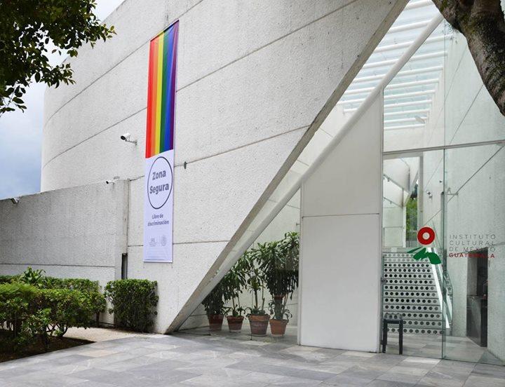 Bandera gay en la embajada de México en Guatemala. (Foto Prensa Libre: Facebook LaFanzine).