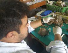 Un estudiante de Arqueología restaura una de las piezas del museo de la Casa de la Cultura de Xela. (Foto Prensa Libre: Fred Rivera)
