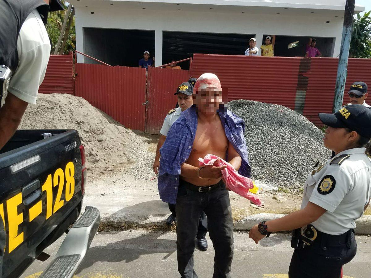 Uno de los manifestantes detenidos en el interior de un centro comercial es trasladado a una estación policial, en Coatepeque, Quetzaltenango. (Foto Prensa Libre: Alexánder Coyoy)