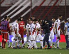 Jugadores de River Plate se lamentan luego de perder ante Lanús la semifinal de la Copa Libertadores 2017. (Foto Prensa Libre: EFE)