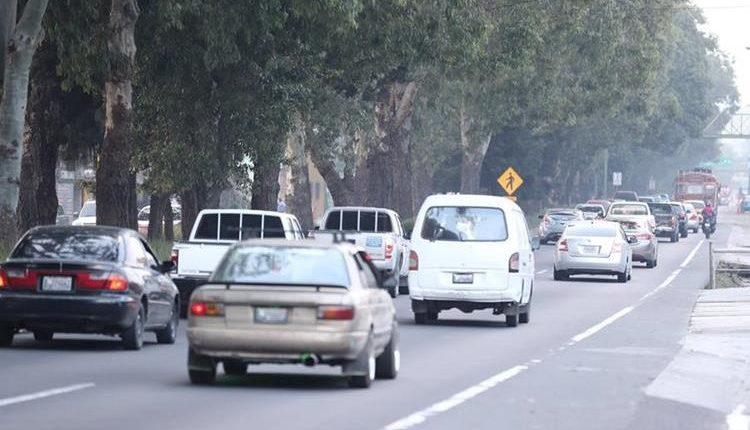 Las filas de vehículos llegan a ser de tres kilómetros los fines de semana en San Lucas Sacatepéquez. (Foto Prensa Libre: Hemeroteca PL)