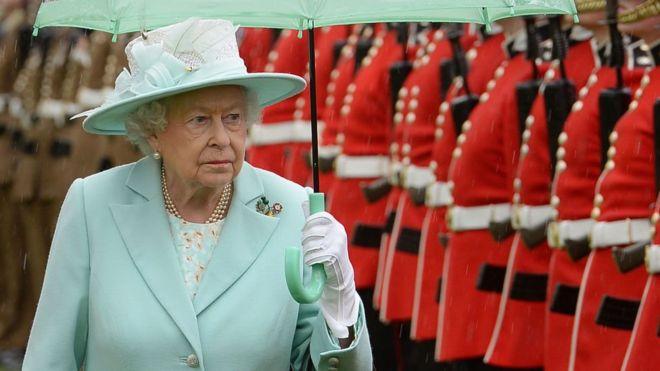 Incluso disparó: el desconocido intento de un joven de Nueva Zelanda de asesinar a la reina Isabel II de Inglaterra