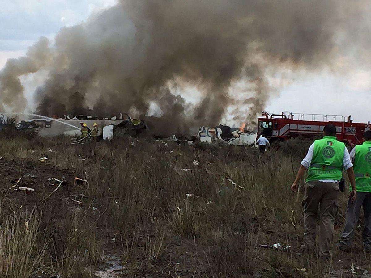 Socorristas acuden al lugar del accidente. (Foto Prensa Libre: EFE)