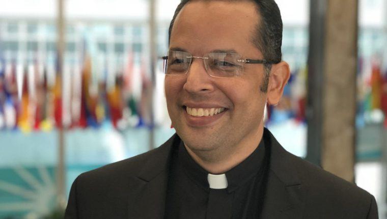 El sacerdote nicaragüense Raúl Zamora da declaraciones durante una entrevista en el Departamento de Estado en Washington, EE. UU. (EFE)
