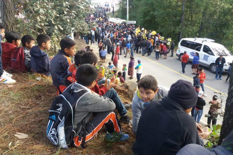 La población de Piedra María Tecún disfrutó la octava etapa. (Foto Prensa Libre: Norvin Mendoza).